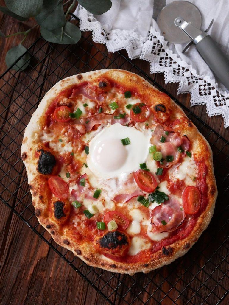 Śniadaniowa pizza z jajkiem i boczkiem